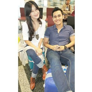 Already here @ Singapore \o/ with Arifin Putra #nextisnow #GalaxyS6 #GalaxyS6Edge #gadget #ootd #jeans #whiteshirt #boots #Changi #airport #Singapore #samsung #trip #clozetteid @clozetteid