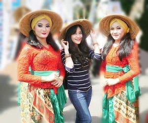 With the girls from  Garut city birthday carnival. 👭We wear 'caping', the Asian conical hat, commonly known as an Asian rice hat, or farmer's hat. Dari acara ultah Garut 'Gebyar Budaya Garut 2017', Mapag Abad Kadikjayaan kirab congcot. #PesonaGarut #PesonaIndonesia #wonderfulIndonesia #Garut #city #birthday #carnival #festival #caping #hat #farmer #budaya #heritage #travel #traveler #traveller #traveling #travelling #lifestyle #laugh #laughing #happy #happybirthday #clozetteid #clozetteambassador