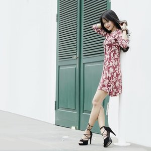I rather be blackswan outside than blackswan inside.🕵️‍♀️ 📸by kak @dunia__maya 😘 Edit by me. #photograph #photographer #photography #streetphotography #sotd #floraldress #minidress #stiletto #heels #highheels #shoes #girl #clozetteid #clozetteambassador