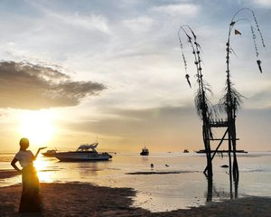 Sanur sunrise 🌝 Rahajeng Nyanggra Rahina Galungan lan Kuninan🙏 Selamat Menyambut Hari Raya Galungan dan Kuningan🙏 #sunrise #Sanur #beach #Bali #wondefulIndonesia #pesonaIndonesia #boat #janur #penjor #silhouette #pictureoftheday #photooftheday #travel #traveler #traveling #sea #skyporn #nature #naturelovers #clozetteid #clozetteambassador