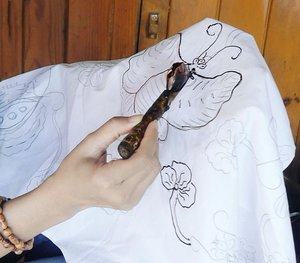 """Yeah, I'm trying to draw batik with 'canting', guys 😆 #PesonaGarut #PesonaIndonesia So, in Garut, West Java, I got a chance to do batik too! Not that easy tho! But, I love batik 😍So it's a great experience for me to visit Batik Garutan Rasya boutique in Garut. Put it on your travel itinerary! lots of bright colors and beautiful batik there😊Canting is a pen-like tool used to apply liquid hot wax (Javanese: malam) in the batik-making process, more precisely batik tulis (lit. """"written batik""""). Traditional canting consists of copper wax-container with small pipe spout and bamboo handle. Traditional canting is made of copper, bronze, zinc or iron material.#wonderfulIndonesia #batik #kain #canting #Garut #WestJava #draw #painting #experience #heritage #traditional #handmade #fashion #lifestyle #travelling #travel #traveller #travelinstyle #clozetteID #clozetteambassador"""