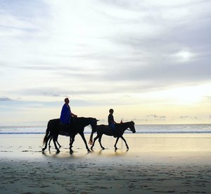 Fairytale 😍 #sunset #love #horse #pet #riding #horseriding #horses #animal #cuteanimal #beach #kuta #sea #sky #skyporn #silhouette #beachsand #kuta #bali #travel #traveling #traveler #traveller #trip #holiday #pesonaIndonesia #wonderfulindonesia #pictureoftheday #fairytale #photooftheday #clozetteid