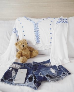 Weekender🙆💃 #ootd #sotd #style #fashion #blue #white #shortjeans #jeans #denim #shirt #bellsleevetop #teddybear #gadget #iphone #apple #lifestyle #clozetteid