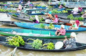 Finally got a chance to visit Lok Baintan Banjarmasin Floating Market! It is a privilege to witness this ancient trade in action.😍😍 They use traditional boats (klotok). This 'floating' market is held on Martapura river from 5am until 8 or 9am 😉 #Banjarmasin #SouthKalimantan  Thank you @pophotels @pophotelbjm 🤗 #LokBaintan #PasarTerapung #floatingmarket #Banjarmasin #Martapura #river #sungai #POPBanjarmasin #morning #Borneo #KalimantanSelatan #wonderfulIndonesia #pesonaIndonesia #fruit #fruitlovers #transportation #lifestyle #topibakul #nature #naturelovers #adventure #traveler #traveling #travel #clozetteid #clozetteambassador