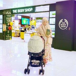 Rocking the basic mommy style (simple long dress + simple classic instant hijab) while restocking my body care products from @thebodyshop.hk . There's a special price for selected shower gel products, from HKD 59 to HKD 25 (IDR 43,850!!)😻💖🍊🍓🍌🌼🥝 is there this kind of promotion in @thebodyshop counters where you live? 🤗