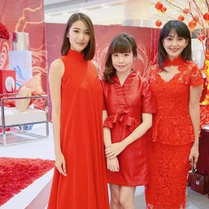 With the two beautiful SKII brand ambassadors Susan and Dominique earlier today at the SK-II Suminagashi Phoenix CNY even😍❤ why are they so beautiful? Wish I was a little bit taller 💃🏻💋 We're all dressed in red, so ready for the coming Rooster CNY 🐔  #SKII #changedestiny #SKIIGifts #SKIICNY_ID #wanitaphoenix #ClozetteID . . . . . . . . .  #styleblogger #vscocam #beauty #ulzzang  #beautyblogger #fashionpeople #fblogger #blogger #패션모델 #블로거 #스트리트스타일 #스트리트패션 #스트릿패션 #스트릿룩 #스트릿스타일 #패션블로거 #bestoftoday #style #makeupjunkie #l4l #skincare #makeup #outfitinspo