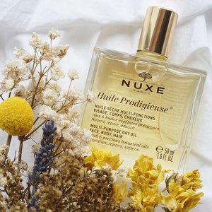 Finally got to try out this Nuxe Oil by @nuxeindonesia !! Heard lots of positive review about it and now I got to try it for myself ✨ I've always been very cautious when it comes to applying oil on my skin because I have this perception that oil products would clog my pores and cause acne on my skin but I came to know that this Oil by Nuxe is a dry oil that is a multi purpose oil that can be used on the face, body and hair. So I decided to start using it for my hair since my hair currently needs extra care after all the bleaching it went through... After using this on the tip of my hair I realized it makes my hair feels so much softer and smoother just the extra boost my hair needs.. I'm still considering whether to incorporate it on my skin care routine too but will definitely review the rest of the Nuxe White series product on steviiewong.com soon! Stay tune!! So far I love this oil for my hair 😉😍 #Nuxe #nuxeindonesia #sephoraidnbeautyinfluencer #Sephoraid . . - You can get yours at @sephoraidn ⭐️ . . . . . . . . . . . . . . . . . . . . . . . .  #styleblogger #vscocam #beauty  #beautyblogger #fashionpeople #fblogger #blogger #패션모델 #블로거 #스트리트스타일 #스트리트패션  #스트릿룩 #스트릿스타일 #패션블로거 #bestoftoday #style #skincare #l4l  #flatlay #bblogger  #clozetteid