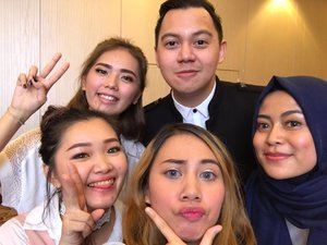 Yeay, together with @chandraliow we-fie 💖 Hadeh he's the one and only cowo ganteng di foto ini. 😂😂😂 Hope can meet you again 💖 - - - #tim2one #chandraliow #beautybound #beautyboundasia #gapapajelekyangpentingsombong #beautyvlogger #beautycreator #beautyblogger #medanbeautyblogger #medanbeautygram #ClozetteID #skii #asiannexttopbeautycreator