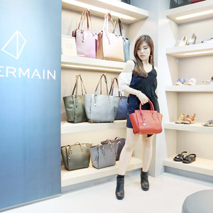 Congratulations @obermainid for the first flagship store in Surabaya at @tunjungan_plaza 3 ! Love the concept of geometric silhouette of the shoes collection, trunk show by @arvaschooloffashion and fashion talk show about shoe trend with cool designer ever Bang @embrannawawi ! Thank you for having me & my girls 😊💖✨ - Find @obermainid at Tunjungan Plaza 3rd Floor and enjoy grand opening disc 30% off all items, limited time only! 😍❤️ - - #ObermainID #Obshoefie #OBGeometriches #collaboratewithcflo #ootd #ClozetteID