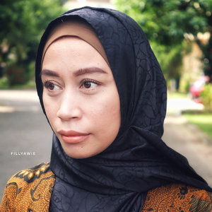 Make up hari raya (goals)—————————-My favorite make up looks is No make up make up, ya saya termasuk dalam team #antipalingpanglingmakeup 😂..Make up tapi nggak kelihatan make up, pakai foundation tapi nggak kelihatan menor. Ahh pokoknya repot yee 😬..Karena ilmu perdendongan teteh masih cetek (shallow) banget, jadi so far ini adalah make up look yang menurut saya cukup soft dan sesuai dengan selera saya..Kalau kelen suka make up yang kayak gemana ??.....Skin care dan make up yang saya gunakan 👇🏻👇🏻👇🏻👇🏻👇🏻👇🏻👇🏻👇🏻Skin care :-missa time revolution essence-nature pacific fresh herb origin serum-nature republic aloe vera shooting gel-biore uv aqua rich.Make up :-ultima ii moisture lotion-ultima ii wonderwear foundation-the saem cover perfection tip concealer-innisfree no sebum moisture powder-viva eyebrows pencil-smoked icon eye shadow by Absolute new york-maybelline volume express mascara-sleek contouring and brush palette-wardah matte lipstick shade bronze nude.#mymakeup #mymakeupwork #mymakeuplook #clozette #clozetteid #beautyjournal #skincareaddict #makeuptutorial #makeup #makeupideas #makeupnomakeup #softmakeup #instapic #blogger #bloggers #ultimaii #wardahbeauty #bloggerlife #bloggerstyle #makeuplooks #hijabist #hijabistyle #hijabfashion #pics #picstagram