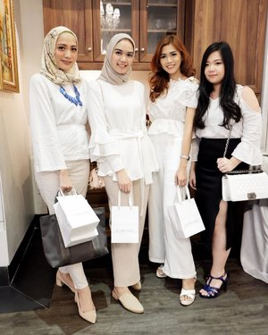 Have a nice weekend ciwi2 manis 😜 . #whiteonwhite #ootd #makeup #outfit #outfitoftheday #beauty #blogger #beautybloggerid #potd #clozetteid #like4like #lifestyle #beautyinfluencer #influencer #fdbeauty #beautybloggerindonesia #beautyblogger #l4l #bloggerceria