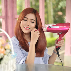 Hair dryer bisa dibilang item wajib untuk mengeringkan dan menata rambut lebih cepat serta efisien. Namun tak jarang orang yang enggan menggunakan hair dryer karena jika terlalu sering akan merusak rambut. Sekarang aku gak khawatir lagi jika menggunakan @tescomid NTCD41 Beauty Collagen Hair Dryer. . Dengan TESCOM NTCD41 Beauty Collagen : 💓mengunci kelembaban & memberikan lapisan perlindungan. 💗 menjaga rambut bewarna lebih tahan lama 💗 menjaga rambut dari bahaya sinar UV 💗 mengurangi sebum/minyak berlebih di rambut 💗 membuat rambut lebih lembut . Review selengkapnya baca di http://www.beautydiarykania.com/2017/09/review-tescom-ntcd41-beauty-collagen.html Thanks @clozetteid 😘 . #ClozetteID #TescomID #ClozetteIDxTescom #HealthyHair #BeautifulHair #ClozetteIDReview #TescomxClozetteIDReview #beauty #blogger #beautyblogger #fotd #potd #bestoftheday #like4like #lifestyle #lifestyleblogger #makeup