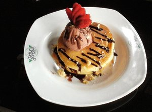 Pancake with chocolate ice cream&strawberry. Happy tummy! 😋🍓🍴 . . . #foodhunterid  #jktfoodbang  #anakjajan  #demenmakan  #demenjalan  #ClozetteID