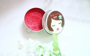 2 minggu ini lagi keranjingam pakai Tinted Lip Balm dari @shylas.factory ❤  Perpaduan Shea Butter, Cocoa Butter, dan Olive Oil the best bangetlah bikin bibir moist seharian 👌  Full review click link on bio 😉  #BeautiesquadXShylas #ShylasFactory #organicskincare #localbeauty #beautiesquad #JakartaBeautyBlogger #blog #blogging #blogger #dailylife #dailymakeup #beautyproduct #beautyreview #igdaily #beautyblogger #like4like #bloggerindo #dailyskincare #bloggerlife #bloggerlifestyle #indobeautygram #beautybloggerindonesia #bloggerlife #bloggerindonesia #clozetteid  #makeupobsessed