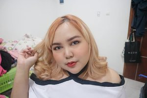 Foundation: @revlonid Colorstay for Combination/Oily #220 Natural Beige.Bedak: @ultima_id Delicate Translucent Face Powder #021 Neutral (lagi suka banget pake ini).Primer: @catrice.cosmetics Prime and Fine .Blush: @makeoverid Blush On #03 Promiscious Peach.Brow: Etude HouseHighlight: Jcat.Lip: LUPA MAAFKAN 😂.#clozetteID