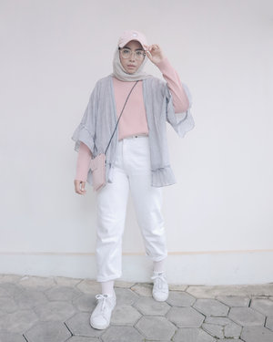 I can't say no to beautiful outer like this one from @rubbysid 💕 Kalau lagi bingung mau pakai apa tinggal pakai atasan simpel terus pakai outer ini dan voila I'm ready to go! Swipe to see more pictures and aesthetic details of my outer....#ladyuliastyle#clozetteid#ggrepstyle