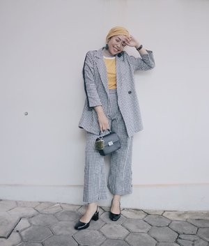 Udah ketawain aja!.And these gingham outer and pants from @alezalabel really made my day 💕...#ladyuliastyle#clozetteid#ggrepstyle