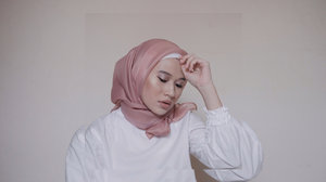 Like a year ago, create Lebaran Make Up. Kali ini gak pake foundation, cuma pake BB Cream dan di set sama si ajaib Oil Control Matte Powdernya @purbasarimakeupid. Wagelaseh udah sebulan pake dan mantuuuul, kering dah tuh T-Zone seharian. What do you think? Comment down below 👇🏻..Make Up Deets:- @annasuicosmetics_idn Illuminating BB Cream- @purbasarimakeupid Oil Control Matte Powder- @rollover.reaction Paloma as cream blush- @blpbeauty Brow Definer- @sephoraidn Nacré Shimmer Long Lasting Eye Shadow- @maybelline Push Up Drama Mascara- @lakmemakeup Precision Eye Artist Liner- @maybelline Hyper Sharp Liner for fake lower lashes- @lakmemakeup Sun-Kissed Bronzer- @zap_beauty Lip Cream shades 20 Nuddy_____________#clozetteid#makeuplooks#rayalooks#simplymakeup