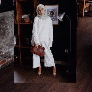 Yesterday: Casual White Outfit for Afternoon Tea Blogger Gathering @wardahbeauty @wardahbeautybekasi with super gorgeous @meytanayu clutch, me luvs 💕Swipe for detail ➡️______________#clozetteid#outfitoftheday#hijabfashion#bloggerlife#bloggerstyle