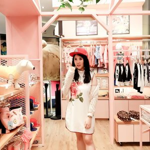 My favorite store in Hong Kong because all of the cute decoration and PINK! Must visit the Line Store at Langham 😍 .  Check out myculinarydiarycom.wordpress.com for more awesome post Use my code SBNLAF8Z on Sociolla.com to get more discount and free delivery service 😘 #sisytravelingdiary #linefriends #hongkong . . . . . . . . #clozetteid#cosmetic#beauty#cute#brown#linemalaysia#flatlays#linestorrhk#linestorekorea#weddingku#bridestory#model#linestoretaiwan#brown#photography#ysl#conyandbrown#brownandcony#cony#choco#asian#korea#koreanmakeup#linestore #foodoftheday #ootdfashion #ootd #pinkvibe