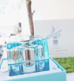 The most famous product from @dr.althea_official Water Glow Aqua Cream🌊 It came with spatula, makes easy to take the cream and strong box... This product Really Moisturize your skin, have good smell andddddd the packaging is suppa pretty ☺️ Like a crystal blue~ U know how i really like the blue color is 💦. Well, This high end brand from South Korea can be purchase on @lamoursbeauty 💋 They also have a offline store in PTC - Surabaya.  Not just K-beauty they also have many K-Clothes and Accessories✨ Check on @indolamours !!! #lykeambassador #clozetteid #beautynesiamember #cotd #abellreview