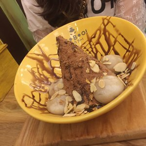The place quite small, and have long queue but curiousity hit us to try this out 🐭 @sumoboo_surabaya  On pic: •Mix Pudding with Green tea ice cream. •Big boba, mochi, egg pudding, taro with chocolate ice cream. •Choco nutella bomb (must try this one out) #abelldigests  #surabaya #food #dessert #clozetteID #tagsforlikes #bestoftheday #photo #webstagram #jj #instagood #instamood #instadaily #instalike #sweet #beautyblogger  #tflers #life #fashion #blogger #foodie #beauty #lifestyle #woman #GGRep #ggreptrend