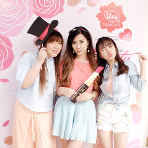 Playing around on @viva.cosmetics photobooth my cici and meme 🌸 @mgirl83 @deuxcarls 🌸Thank you @redhacs for capturing this epic moment!! 🙈🙈Curious about the event?? I'll make the event report soon~Stay tune ma babe, anw Happy Sunday..With Love from me 🙆🏻#lykeambassador #beautynesiamember #clozetteid #cotd#vivacosmetics #vitapharmevent #vitapharmfactoryvisit #sbybeautyblogger #sbbevents #sbbXvitapharmevent