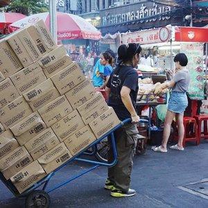 One strong woman in China Town, Bangkok. 💪🏼 . . . . . #ClozetteID #StarClozetter #explorebangkok #explorethailand #bkk #thailand #thai #rickshaw #autorickshaw #tuktuk #bangkoktuktuk #thaituktuk #peopleinframe #inframe #street #streetphoto #streetphotography #bangkok #2017 #travel #trip #chinatown #bkkchinatown #bangkokchinatown