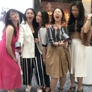 This is what people mean when they say I'm funny and quite expressive. 😂 @dyson_id Supersonic is surely fun to play with your girlfriends! 😌(Left to right):@ghinaaulia@tiffanikosh@_chacaannisa@ronaprmt ✨✨#DysonSupersonic #DysonIndonesia#ClozetteID