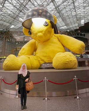 The Iconic huge #teddybear lamp at #hamadinternationalairport . Shoud the bear go or not? 😀 📷 by : @akhram_ra .#myrosylook #hanatop black#jasmineinstanthijab #rjbyroswitha #clozetteid #toryburchbag