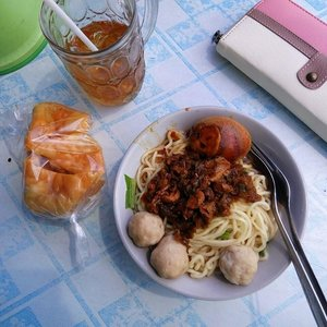 How to start weekend.  Mie Ayamz. 🐣  #whatvinaeats #vinainbali . . . #mieayam #noodle #masakannusantara #mie #pangsit #pangsitgoreng #bakso #food #foodporn #kulinerdenpasar #weekend #friyay #tgif #clozette #clozetteid