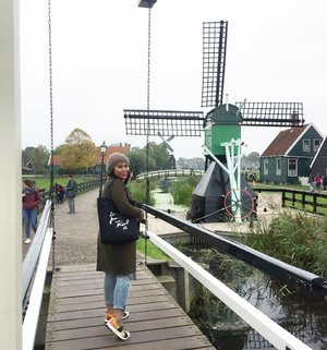 Kanan kiri kincir angin.. #whenuinnetherland #netherlands #amsterdam #traveller #worldtravel #tourist  #streetwear #europe #girltraveller #clozetteid #streetfashion #smallcity #onedaytrip #walk #walking #canalcruise #canalcity #cruise #fab #windmill #windmillvillage #windmillfarm #zaanseschans #zaanseschanswindmill