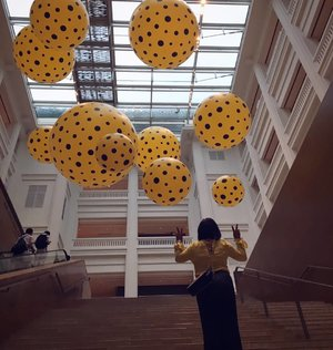 Menemukan foto ini...me with yellow and black dot. #throwback #aroundtheworld #traveller #worldtravel #tourist #globalcitizen #girltraveller #clozetteid #streetfashion #selfie #walk #walking #newyear2018 #funtravel #instatravel #iamhere #phonography