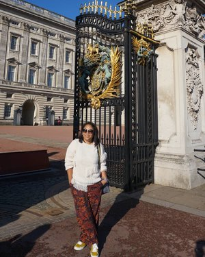 Let me in... #whenuinlondon #traveller #worldtravel #tourist #london #uk #ukstreetwear #europe #girltraveller #clozetteid #streetfashion #palace #walk #walking #buckinghampalace