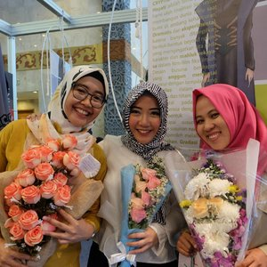 Semvva kebagian bunga (bunganya Ingga 😆) 💐💐💐. Ditunggu show berikutnya di Jkt ya Neng Geulis @inggabia sama brand Ingga Bia for adults jg 💕 . . #clozetteid #friendship #muslimfashionfestival #muffest #muffest2017