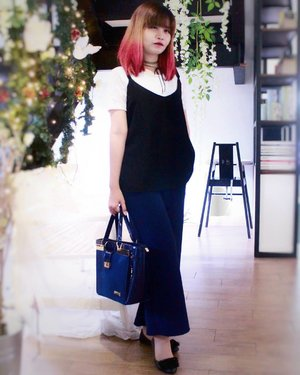 Another #ShadesOfBlue Outfits 💙 I'm wearing navy cullote pants with lace white top + black camisole top. And i pair with blue handbag and fur flatshoes.  Hey... @spreadingoutfits lagi ngadain OOTD Contest lagi loh sampai 27 Mei 2017. Ada voucher belanja di Tiffany Kenanga Hijab dan voucher treatment di Dian Kenanga.  Kamu cukup post foto OOTD kamu bertema Shades of Blue, tag ke @spreadingoutfits pakai hashtag #SpreadingOutfits #SpreadingOutfitsChapter10 #OOTDIndo #ShadesofBlue dan jangan lupa follow IG nya. . . . #SpreadingOutfits #OOTDIndo #clozette #clozetteid #cotw  #lookbookindonesia #indonesiafashionlook #fashion #streetstyle #fashionstyle #lookbook #style #SmartOOTD #fashiongram #fashionblogger #outfitshare #outfitoftheday #ootdidku #indonesian_blogger @clozetteid