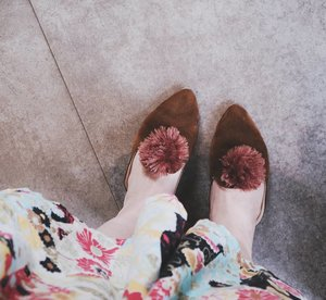 My first PomPom Mules. I used to dislike this type of shoes, but now that i have it, it becomes my most favorite type of shoes. It's super comfy, it doesn't hurt my feet. I've been wearing it since I first got them from @thingsgirlwant. Super affordable ♥.......#potd #potdindo #vscocam #vsco #vscophile #exploretocreate #vscogrid #peoplescreatives #photoshoot #igdaily #vscodaily #instadaily #instastyle #beautyblogger #fashionblogger #photooftheday #outfitoftheday #justgoshoot #vscogood #snapseed #snapseeddaily #beautyblogger #femaledaily #photography #canoneosm3 #canonm3 #beauty #clozetteid #mules #pompommules  #flats