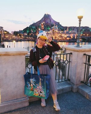 The cleaning ojisan was so good in taking photos! 👴💖 I can say it's no problem at all to go to Disneysea/Disneyland alone! 😆 . . . #clozetteid #disneysea #tokyodisneysea #tokyodisneyresort #japanloverme #japantrip #BigDreamerInJapan #ggrep #solotraveler #abmtravelbug #theglobewanderer #japanguide #japanlover #japan #tokyo #travelbloggers #fashionbloggers #ootd #今日の服 #東京ディズニーシー #여행 #여행스타그램 #일본여행