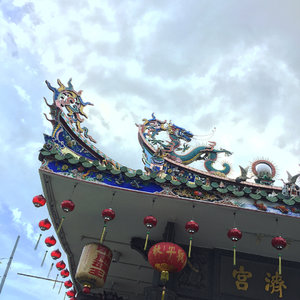 Masih #imlek. .......#gd #dragon #klenteng #tample #용 #sky #cloud #awan #chinesearchitecture #ornaments #ggrep #clozetteid #lunarnewyear #chanhun #lantern #penang #peranakan