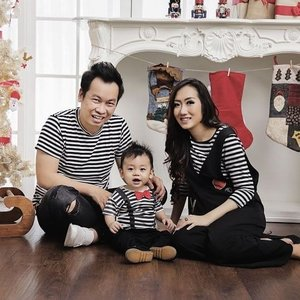 Merry Christmas!Family Photo of @tominjoo and @monicalie1506 Makeup by @shelleymuc @shelleyssebastianHairDo by @tominjoo#makeup #beauty #shelleymuc #surabaya #makeupartist #mua #shelleymakeupcreation #beforeafter #clozetteID #makeover #muasurabaya #muaindonesia #hairdo #soft #softmakeup #beautifulgirl #softsmokey #glammakeup #glamourmakeup #makeupartistsurabaya #surabayamakeupartist #correctivemakeup