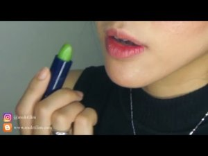 """Selama ini penasaran sama lipstick dari Fran Wilson Moodmatcher Lipstick. Finally I tried the """"Green"""" and """"Black""""  Dont worry gurls, this lipstick will change into a beautiful color lho... The green one will change into  warm red color whilst the black one will change into red-violet.  Just wait around 2 minutes for your Moodmatcher lipstick to reach its """"peak"""" color  Its staying power is also amazing, it can stay on your lips for 12hours  And it's waterproof and kissproof! And bit difficult to remove with micellar water, you should use cleansing oil or oil-based lips remover  Ps: disini aku sekalian tes bikin fake freckles makanya mukanya banyak darkspotnya 😂😂😂 . . . . . . .  #fotd#makeup#potd#lipsoftheday #wakeupandmakeup #lipswatches#beautyblogger #beautybloggerindonesia #lipswatch#undiscovered_muas #indobeautygram#motd#motdindo #clozetter #beautygram#clozette #swatches #makeuplover #like4like #clozetteid #lipswatcher #bblog #fdbeauty #beautybloggerid #dressyourface#muktilimlipswatch #lipstick #bblogger #vlogger #youtuber"""