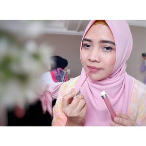 Lipstick of the day.. @wardahbeauty Exclusive Matte Lip Cream Pinky Plumise (No. 15) for today's #colordategathering 😊😊 _ #rachanlie #LifestyleBlogger #ClozetteID #wardahbeauty