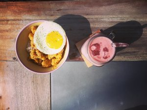 Colorful food for colorful day ever, because life isn't created monochrome . . Afternoon meal before dinner: salted egg popcorn chicken with sunny side egg + strawberry smoothies 🤤 . . #instagood #instafoodie #instaculinary #foodstagram #foodiegram #foodpost #happytummy #foodporn #foodpornography #clozetteid #lifestyle