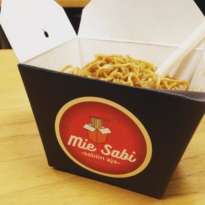 Simple yet modern packaging covering a bunch of tasty noodles cooked with oyster sauce. Choose what kinda taste you like, topping you prefer: chicken, shrimps, squids, or veggies (including mushroom, paprika, and broccoli) when ordering #misabi1 through @gojekindonesia apps. . . #instafoodie #noodles #instaculinary #foodie #foodporn #foodiegram #clozetteid #lifestyle
