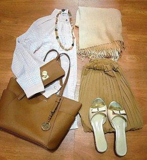 (01.03)   < neutral colors > 🍂  Awalnya pake pashmina gradasi coklat/krem ini buat pergi kajian hari ini, tapi cuma dipake sampe mobil ajah 😉 . . => Kajian pagi di mesjid + Lunch at Kari Umbi <= . . . #whatiwore #wwwmarch #neutralcolors #neutralstyle #monochromatic #colorcoordinated #aboutalook #realoutfitgram #fashionflatlay #lookbookindo #wiwtindo #ootdshare #modestfashion #tonaldressing#clozetteid