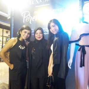 With @nona_hitampahit & @yanitasya yesterday at @lunahabit 2nd anniversary. Nice To meet you Girls! *Serasamuda #DiaYangKauPanggilPerempuan #lunahabitxifb #clozetteid #OOTD #blackdress