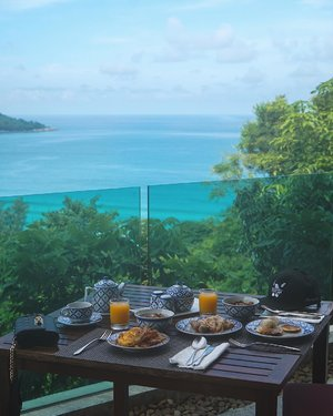Ultra decadent breakfast with a view in Phuket! 🌊 📍: Roydee Restaurant ___ #beautyappetitetravels #phuket #nookdee #clozetteid
