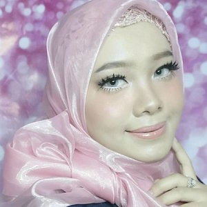 Iseng ngikutin makeup hitz ala mua yang lagi heboh. Terlepas dari hebohnya makeup seperti ini di forum kecantikan, menurut aku riasan itu musiman kok, kadang trend nya lagi di sukai seperti ini. Coba deh liat riasan makeup orang tua kita jaman dulu, pasti beda kan sama trend sekarang? Face : @mineralbotanica Studio Series Creamy Foundation  @pixycosmetics UV Whitening TWC Cover Smooth @pixycosmetics Countour & Highlighter Eyes : @w.lab Pocket Shadow Palette @sleek i-divine vintage romance  palette @purbasarimakeupid daily series eyeliner pen @catrice.cosmetics Kohl Kajal 200 @yukiyuna lashes @zoyacosmetic Eyebrow Mascara @dejavu Fiberwig mascara @x2softlens X2 Glam Aquamarine  Cheek : @citycolor Sunlight Trio  Lips : @zoyacosmetics Geranium Lip Paint @makeupforeverid 100p Artist Plexi Gloss .  #Indramayu #MUAIndramayu #randomtalks #clozetteid #dailylife