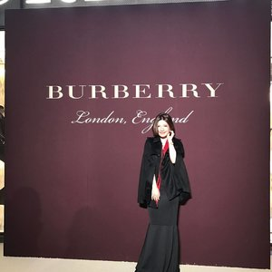 Here for makgeolli! I meant.. Champagne 🍾 #self #burberry #event #party #seoul #cape #burberrycoat #ootd #lotd #outfit #outfitoftheday #look #lookoftheday #instastyle #style #styleoftheday #sotd #igbeauty #fdbeauty #clozetteid #clozettedaily #clozette #instabeauty #instalook #lookbook #vscofashion #instafashion #lookbookindonesia #ootdindo #blackdress