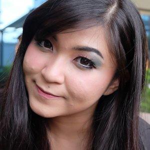 Sweet Valentine Makeup Look . 🌟Products used🌟 🌟Face: @benefitindonesia Porefessional, @katvondbeauty Lock It Foundation, @annasuicosmetics Liquid Foundation, @eminacosmetics Bare With Me Mineral Loose Powder, @toofaced Chocolate Soleil, @mizzucosmetics Blush Me Up, @thebalmcosmetics Mary-Lou Manizer, @bioderma_indonesia Hydrabio Brume . 🌟Eyebrow: @makeover Trivia Eyeshadow Love at First Sight - black, Daiso Eyebrow Gel Clear . 🌟Eyes: @mizzucosmetics Eye Base Essentials, @makeover Trivia Eyeshadow Love at First Sight, @mizzucosmetics Gradical Eyeshadow Turquoise Green, Mizzu Cosmetics Chrome Gel Eyeliner Black, @makeupuccino Lash Addict in Drupadi . 🌟Lips: @thebalmcosmetics Meet Matt(e) Hughes in Sincere . Well, pardon the break out face hehe. Anyway, hampir semua produk makeup yang digunakan untuk makeup look kali ini bisa kamu dapatkan di @makeupuccino loh 😍 . . . #vegas_nay #wakeupandmakeup #anastasiabeverlyhills #hudabeauty #influencer #beautyinfluencer #SephoraIDNBeautyInfluencer #pinkperception #dressyourface #valentinemakeup #auroramakeup #clozetteid #blogger #collaboration #bloggerceriaid #20likes #hters #indonesianbeautyblogger #undiscovered_muas #indobeautygram